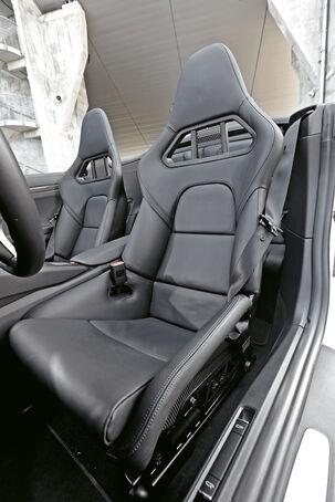 Porsche 911 Turbo S Cabriolet, Driver's seat
